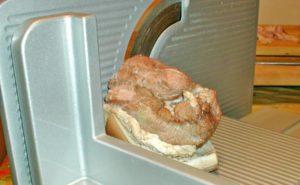 Kochschinken auf der Aufschnittmaschine