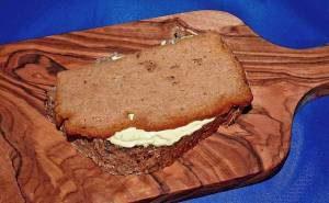 Fleischkäse backen und auf Butterbrot essen
