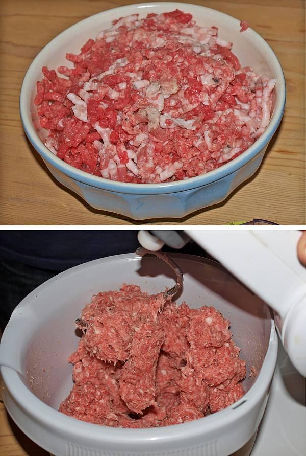 Das Hackfleisch bekommt beim Bratwurst selber machen durch das Rühren eine Bindung.
