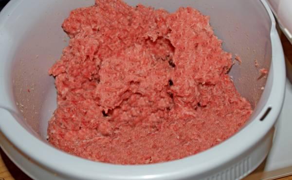 Das Brät für die Bockwurst kann man mit einem Fleischwolf herstellen.