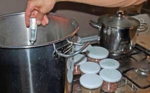 Das Einkochen beim Bratwurst selber machen.