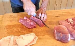 Fleisch in Streifen schneiden
