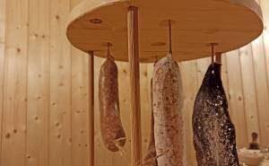 Salami zur Reifung aufhängen