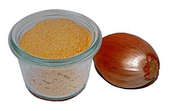Zum Zwiebelmettwurst selber machen kann man Zwiebelgranulat verwenden.
